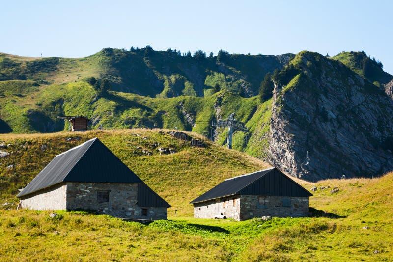 Maisons à distance sur la montagne image stock