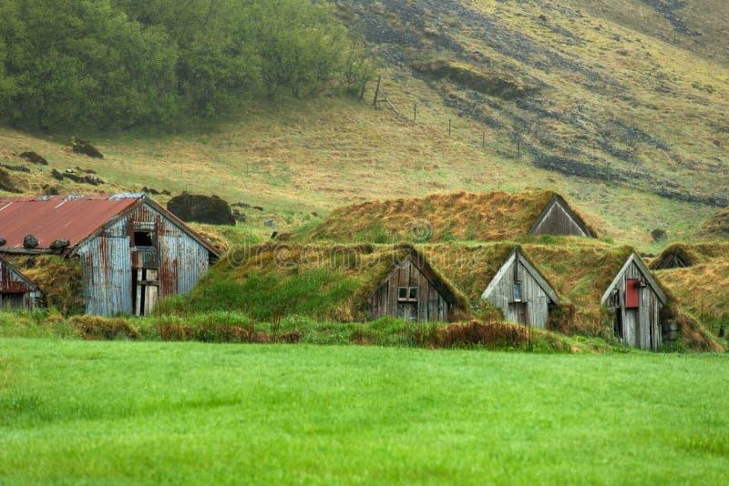 Maisons abandonnées de gazon dans Nupsstadur, Islande image stock