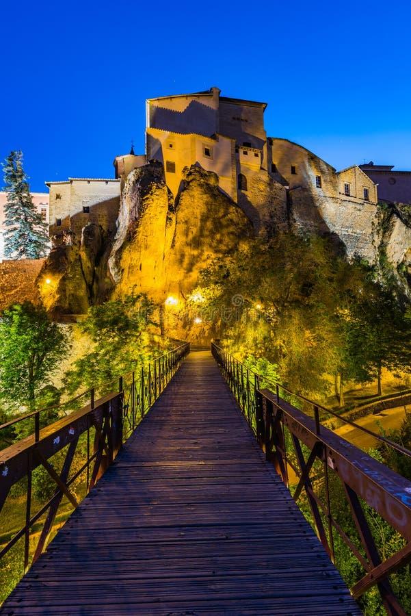 Maisons accrochantes lumineuses à Cuenca, Espagne photos libres de droits
