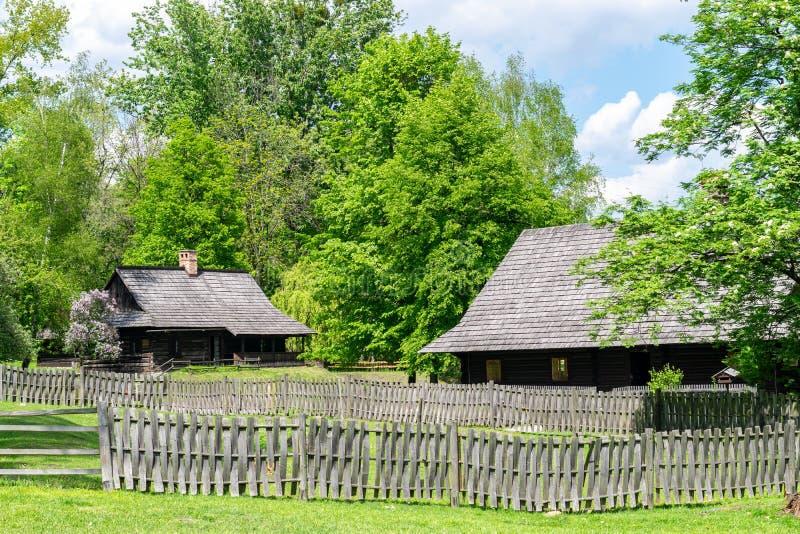 Maisons antiques dans le côté de pays image libre de droits