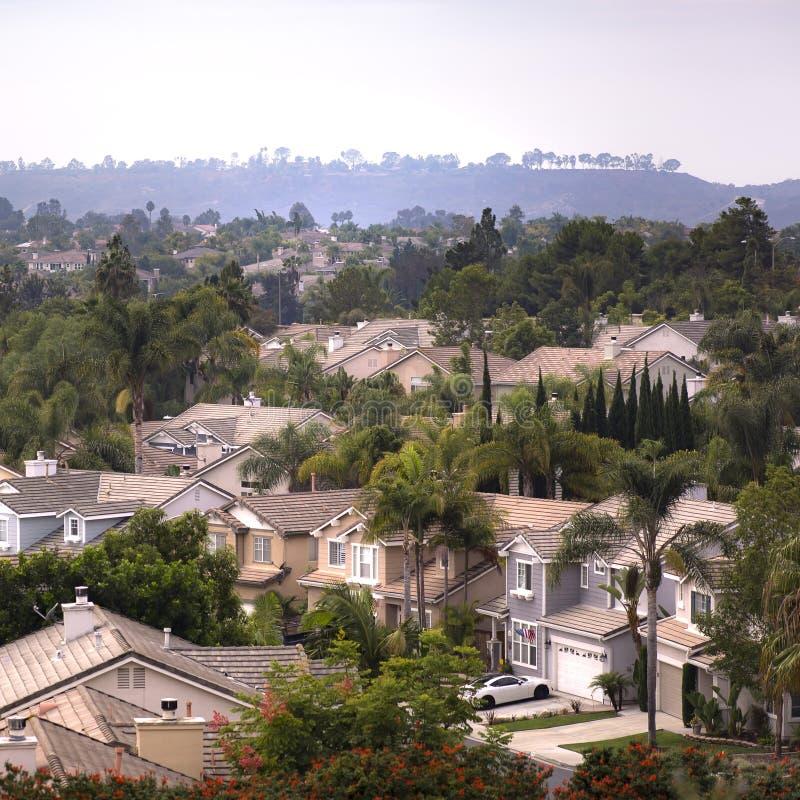 Maisons avec des garages et pelouse à San Clemente CA photographie stock