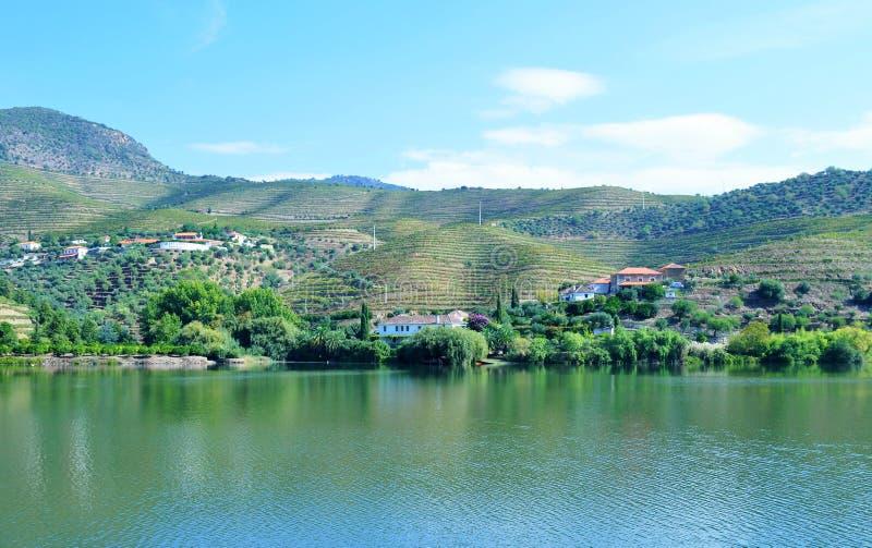 Maisons blanches par la rivière - rivière de Douro photo libre de droits