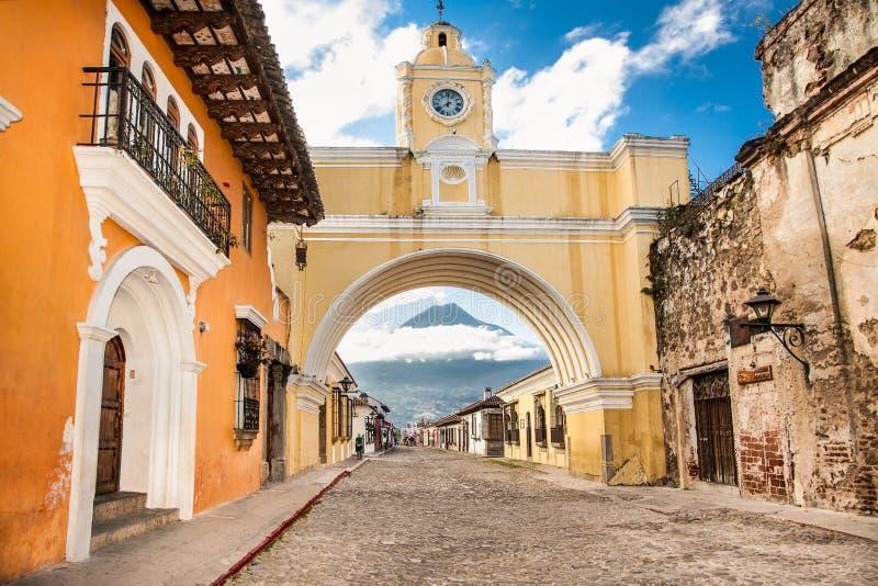 Maisons coloniales dans la vue de rue de tha de l'Antigua, Guatemala photographie stock libre de droits