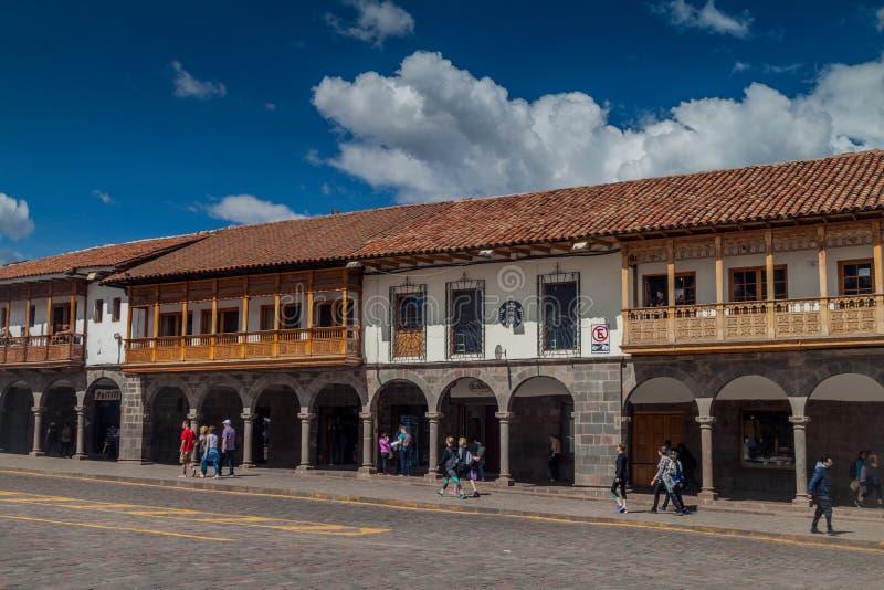 Maisons coloniales rayant la place de Plaza de Armas dans Cuzco photo libre de droits