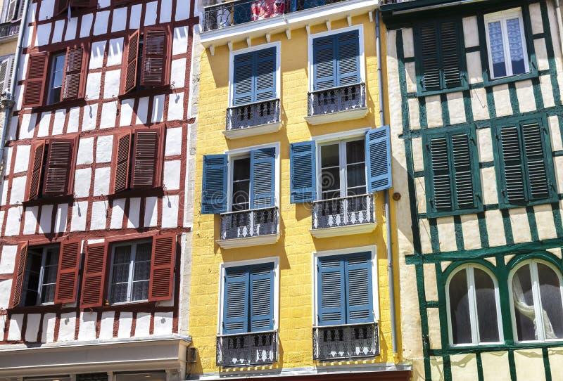 Maisons colorées à Bayonne, l'Aquitaine, pays Basque photographie stock libre de droits