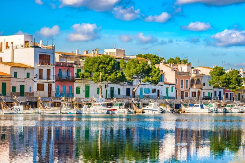 Maisons colorées au bord de mer du port de Porto Colom sur l'île de Majorca photographie stock