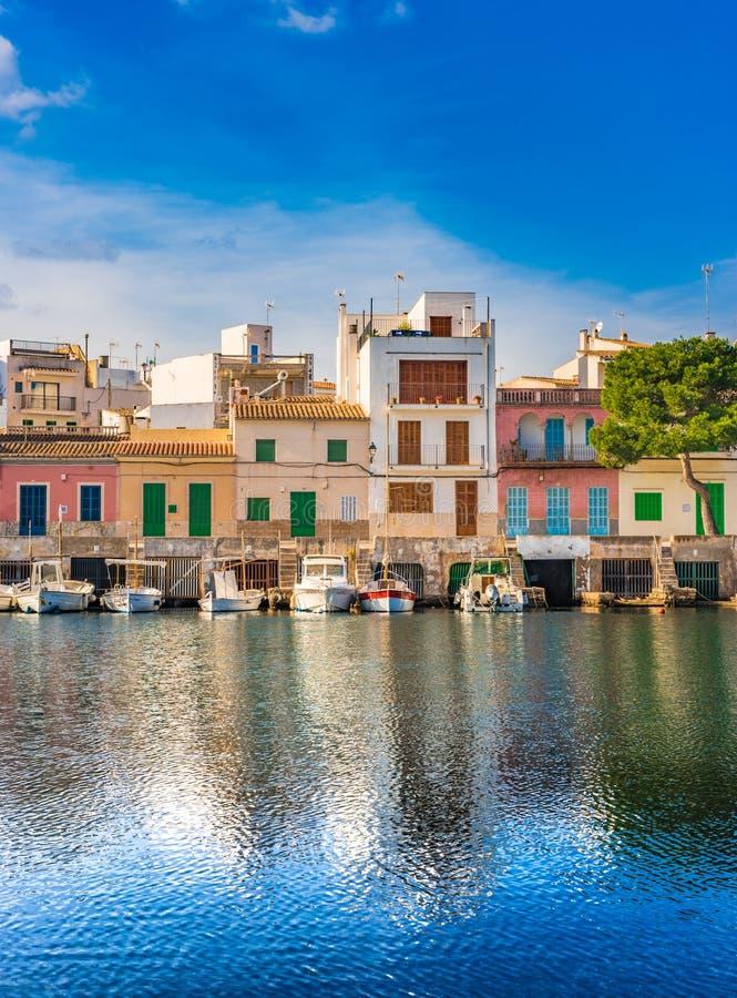 Maisons colorées au bord de mer de Porto Colom sur Majorca, Espagne photos libres de droits