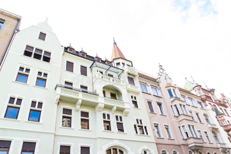 Maisons colorées avec des tours à Bolzano, Italie photos stock