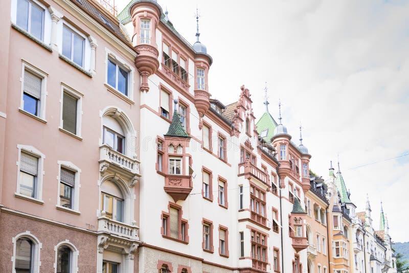 Maisons colorées avec des tours à Bolzano, Italie photo libre de droits