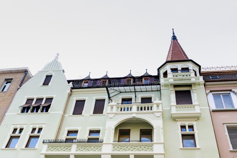 Maisons colorées avec des tours à Bolzano, Italie photos libres de droits