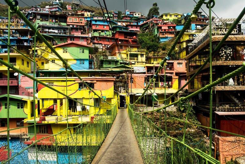 Maisons colorées avec le pont menant aux maisons photo stock