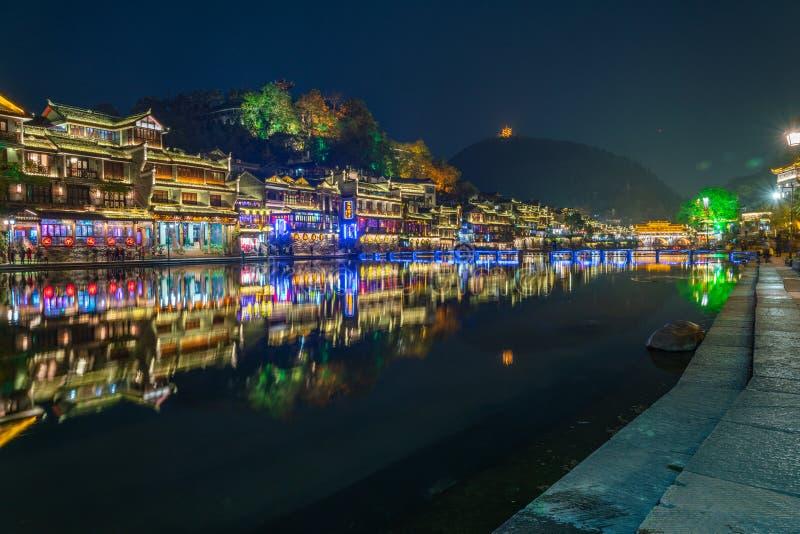 Maisons colorées, belles, vieilles dans la ville antique de Fenghuang photos libres de droits