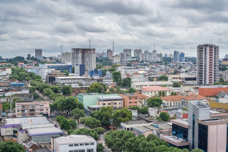 Maisons colorées, ciel nuageux à Manaus, Brésil images stock