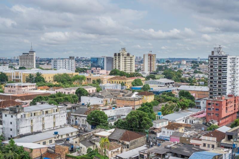 Maisons colorées, ciel nuageux à Manaus, Brésil photographie stock libre de droits