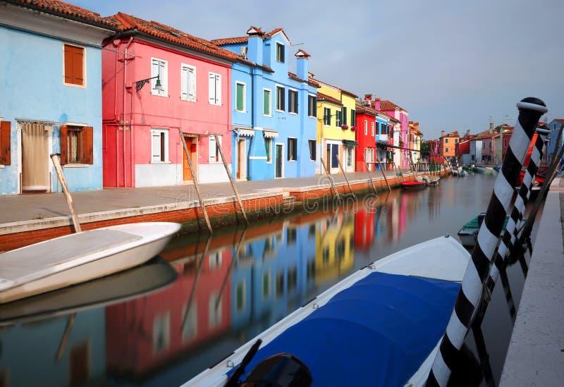 Maisons colorées dans l'île de Burano près de Venise en Italie photo stock