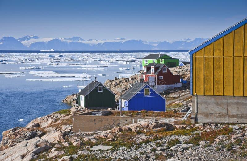 Maisons colorées dans l'itoqqortoomiit au Groenland est image libre de droits