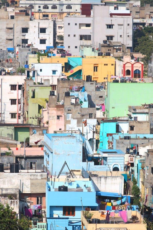 Maisons colorées dans Visakhapatnam photographie stock libre de droits