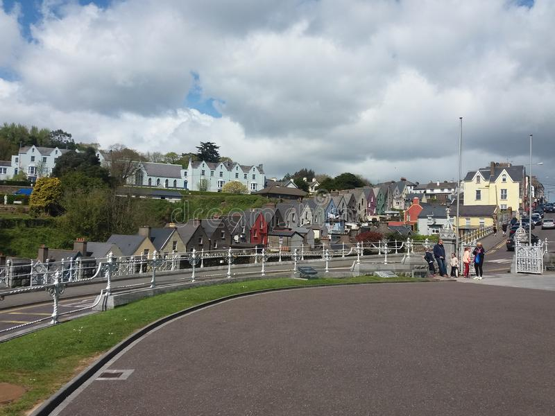 Maisons colorées intéressantes dans Cobh, Irlande images libres de droits
