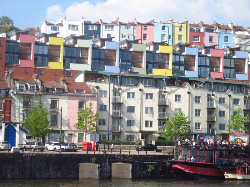 Maisons colorées le long du côté du port de Bristol photos stock