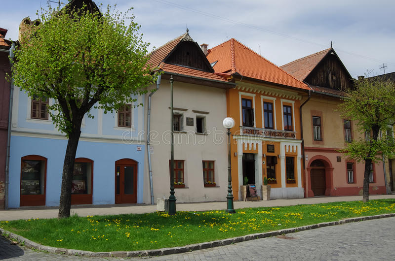 Maisons colorées sur la rue principale de Kezmarok, Slovaquie, un sma photos stock