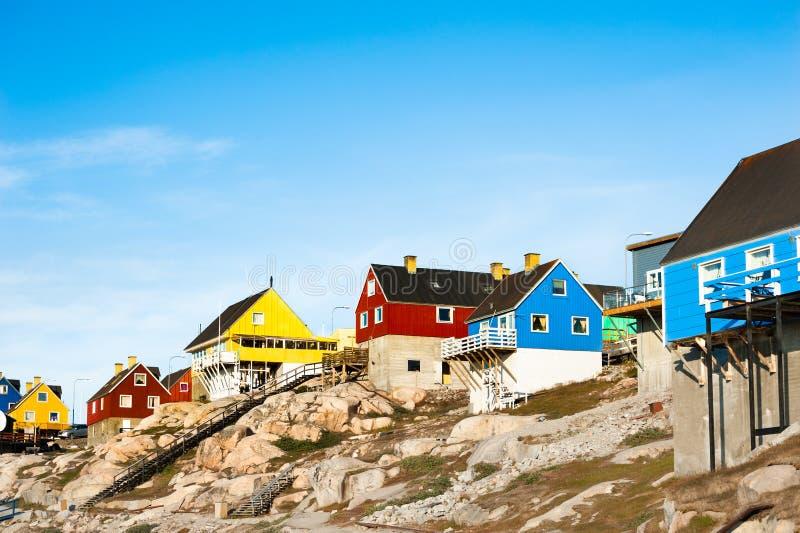Maisons colorées sur les roches dans Ilulissat, Groenland images libres de droits