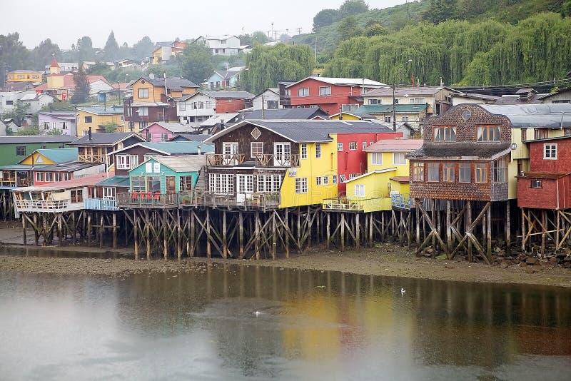 Maisons d'échasse chez Castro, île de Chiloe, Chili photographie stock