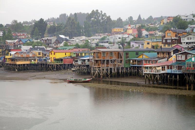 Maisons d'échasse chez Castro, île de Chiloe, Chili images libres de droits