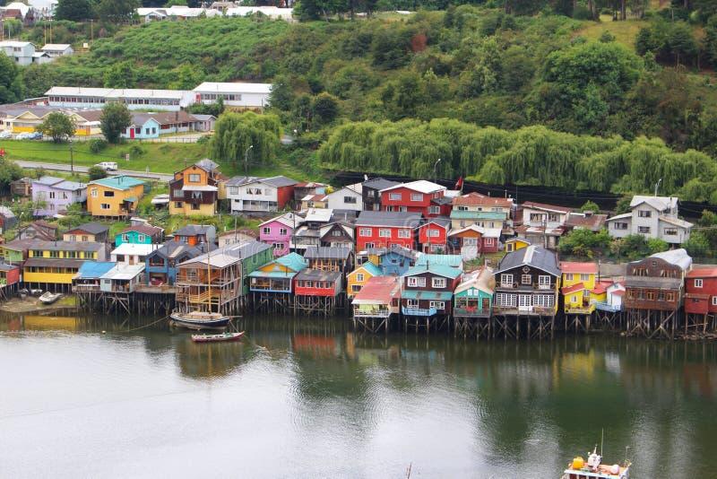 Maisons d'échasse de la petite ville de Castro en île de Chiloe au Chili images stock