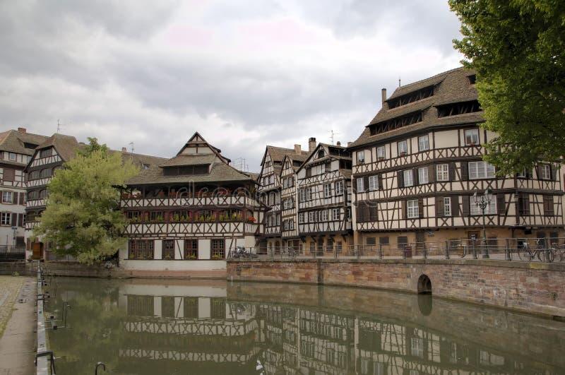 Maisons d'encadrement de bois de construction de La Petite France de secteur Strasbourg, France image stock