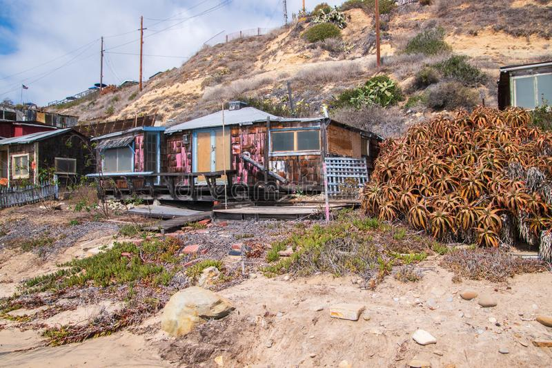 Maisons dans le délabrement qui sont reconstituées le long de la plage et du littoral de Crystal Cove images libres de droits