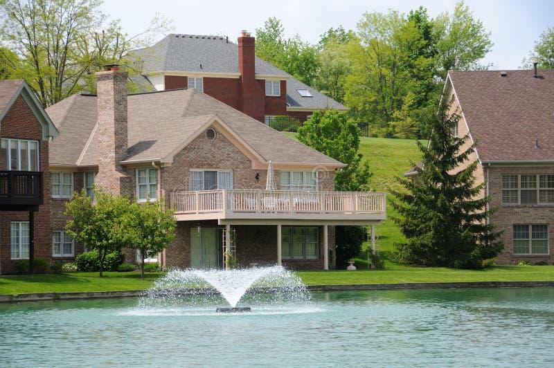 Maisons de bord de lac photographie stock libre de droits