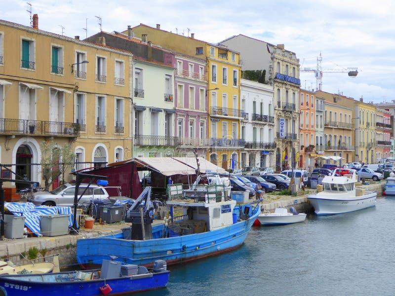 Maisons de bord de mer et petits bateaux image stock