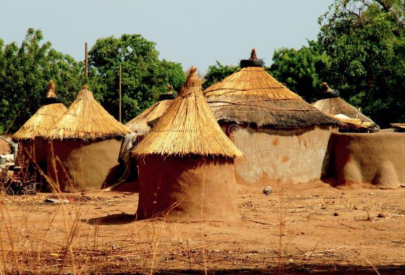 Maisons de boue avec le toit couvert de chaume au Ghana du nord image stock