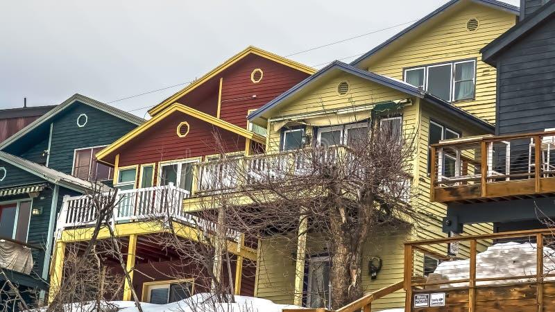 Maisons de cadre de panorama avec des balcons de porches et escaliers extérieurs sous le ciel nuageux gris en hiver image stock