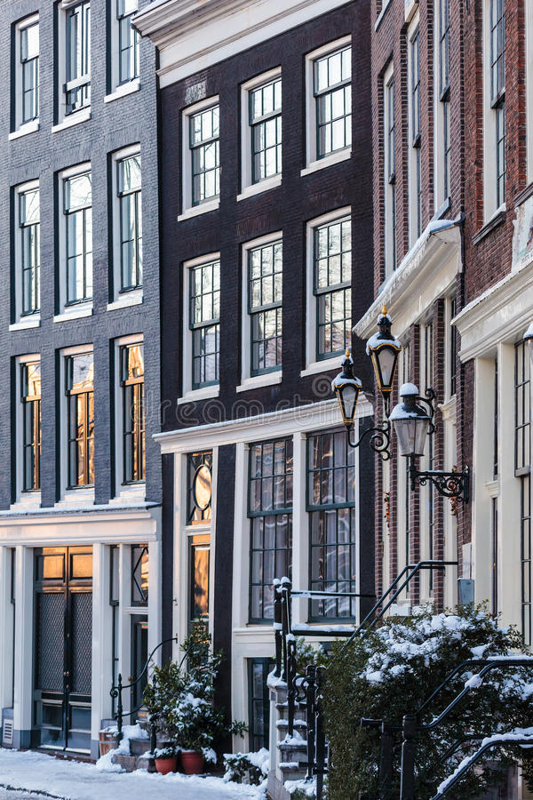Maisons de canal d'Amsterdam en hiver image stock