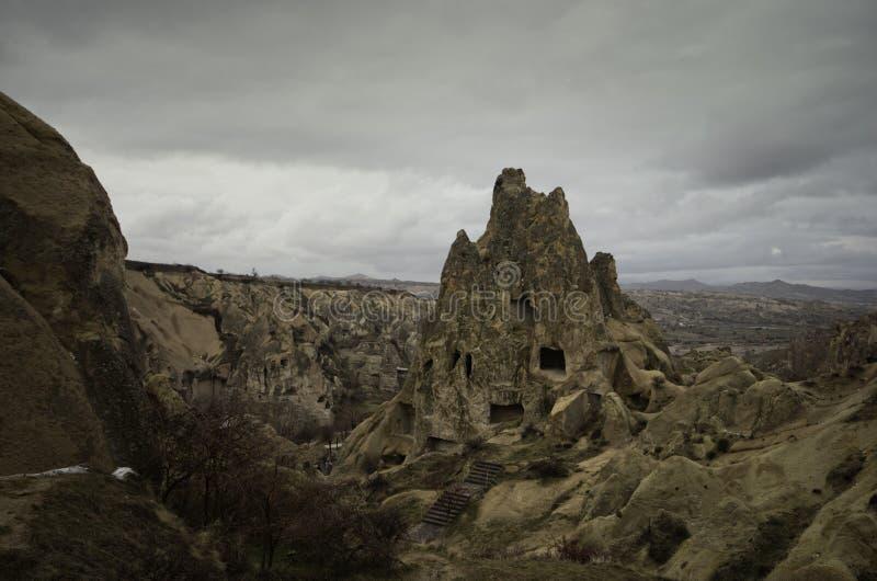 Maisons de caverne avec des escaliers faits en roche naturellement dans Cappadocia Urgup Turquie photos libres de droits