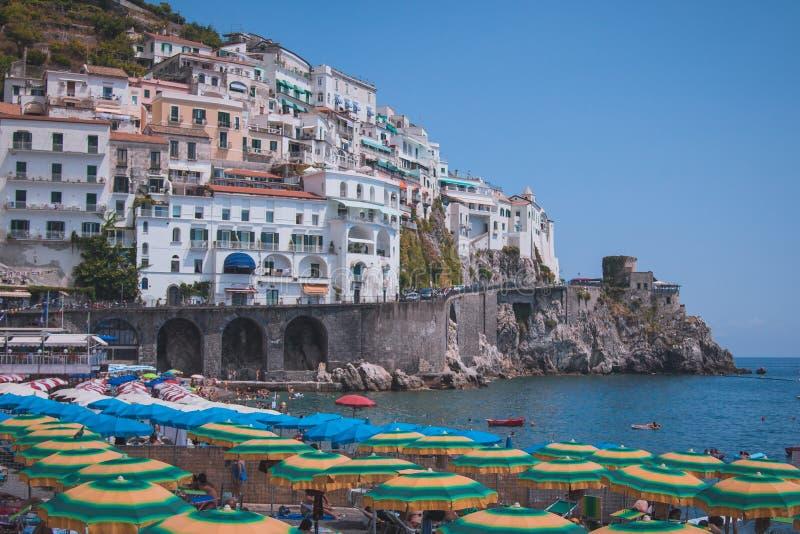 Maisons de Cliffside et parapluies de plage dans la ville d'Amalfi, Italie photographie stock
