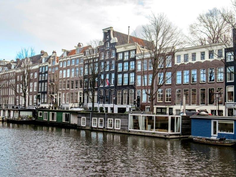 Maisons de conteneur dans le canal, Amsterdam, Hollande, Pays-Bas photo libre de droits