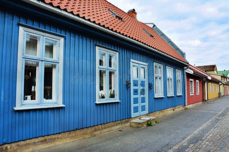Maisons de couleur dans la mousse, Norvège photo stock