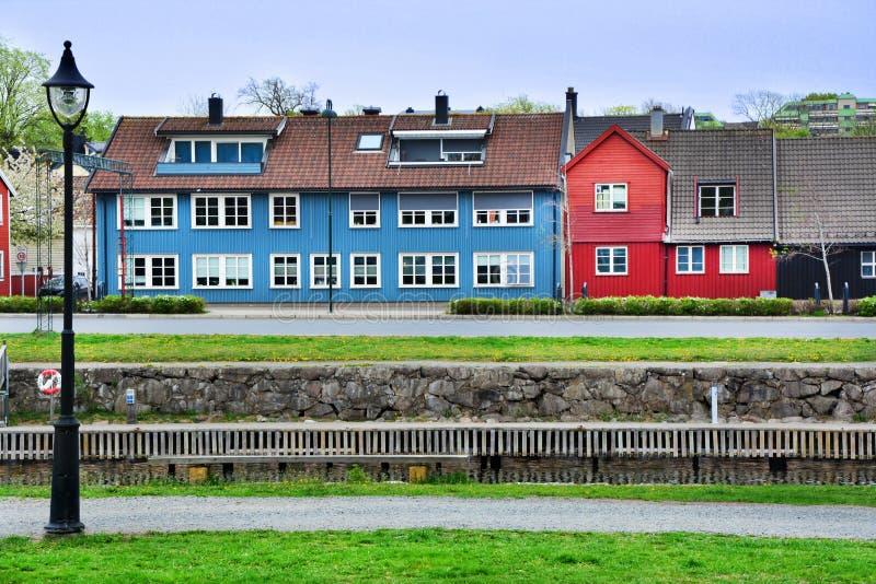 Maisons de couleur dans la mousse, Norvège photographie stock
