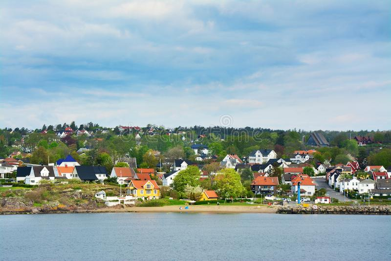 Maisons de couleur dans la mousse, Norvège photo libre de droits