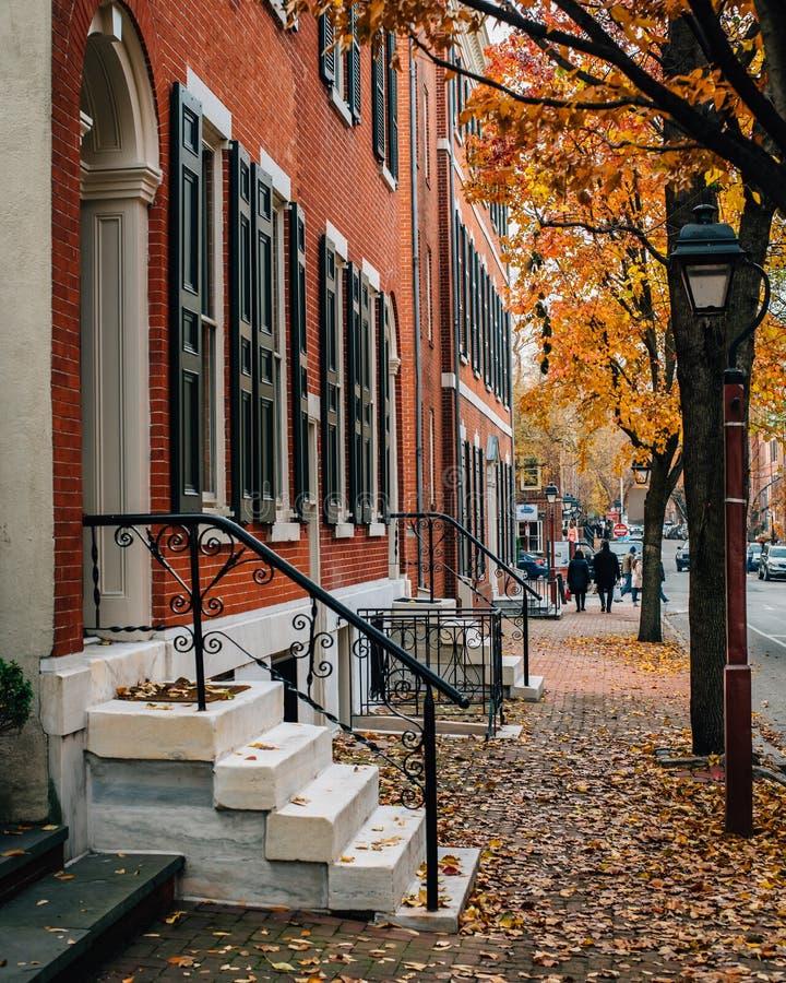 Maisons de couleur et de rangée d'automne en colline de société, Philadelphie, Pennsylvanie photographie stock