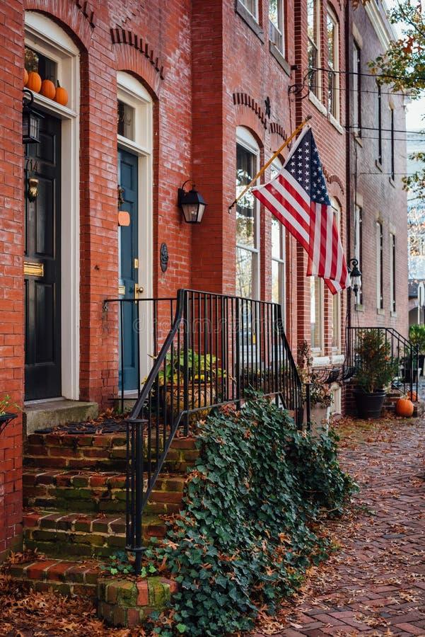 Maisons de couleur et de rang?e de chute dans la vieille ville, l'Alexandrie, la Virginie photographie stock libre de droits