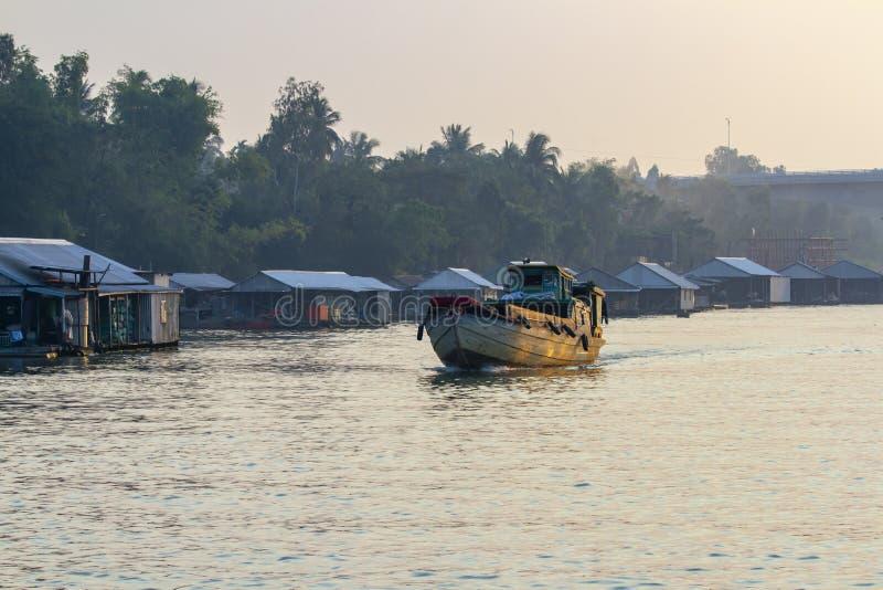 Maisons de flottement avec le bateau de dragon en Chua Ba Nam au Vietnam image stock