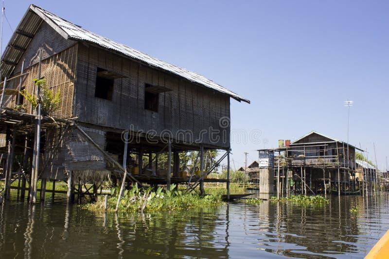 Maisons de flottement typiques sur le lac Inle, Myanmar photo stock