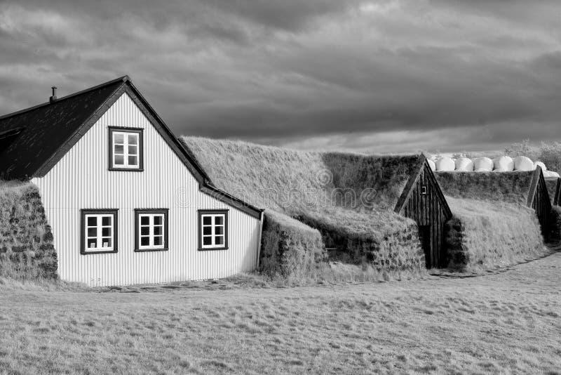 Maisons de gazon de Keldur dans l'infrarouge images libres de droits