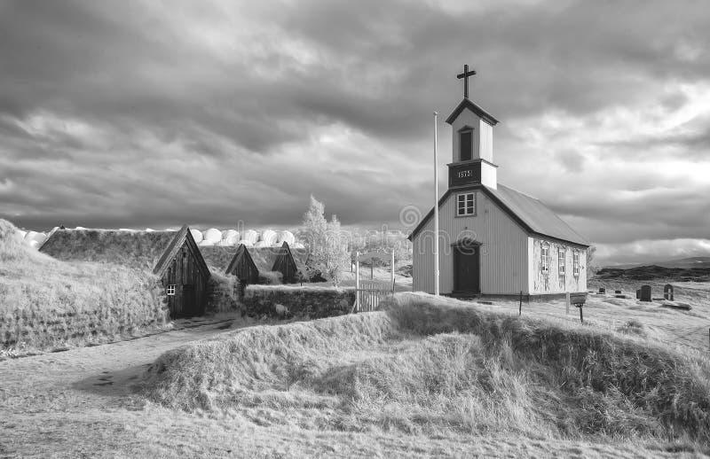 Maisons de gazon de Keldur dans l'infrarouge photographie stock libre de droits