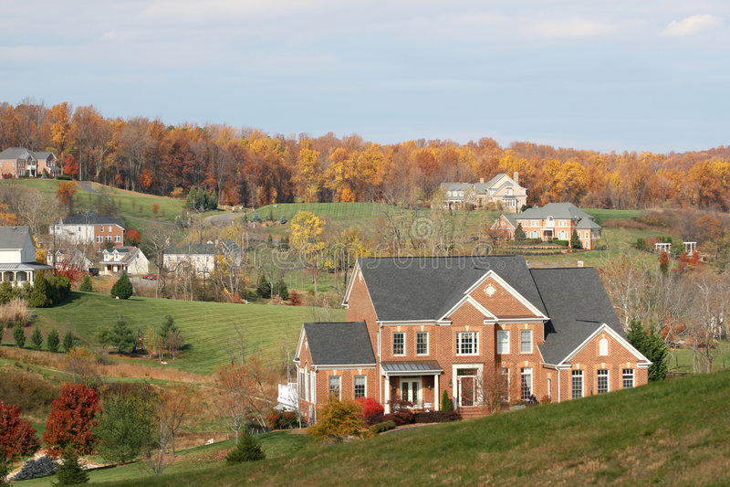 Maisons de luxe : maisons classieuses, saison d'automne images libres de droits