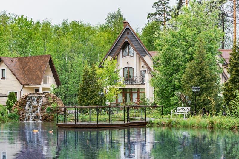 Maisons de luxe privées par le lac dans la forêt image stock