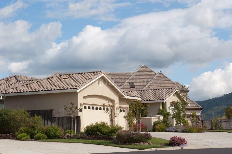 Maisons de luxe sous un beau cloudscape images stock